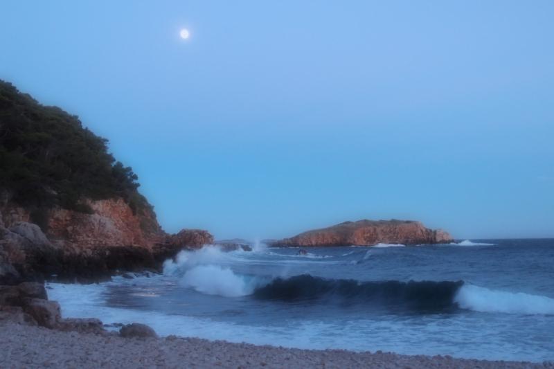 Pleine lune et lumière du soleil couchant
